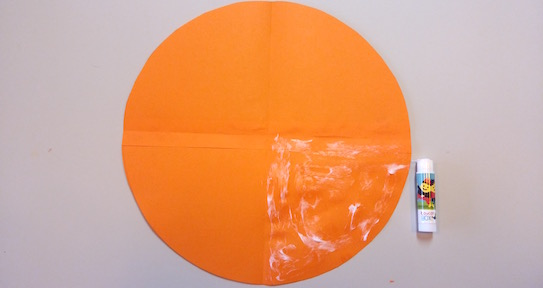 Glue one quarter of the circle